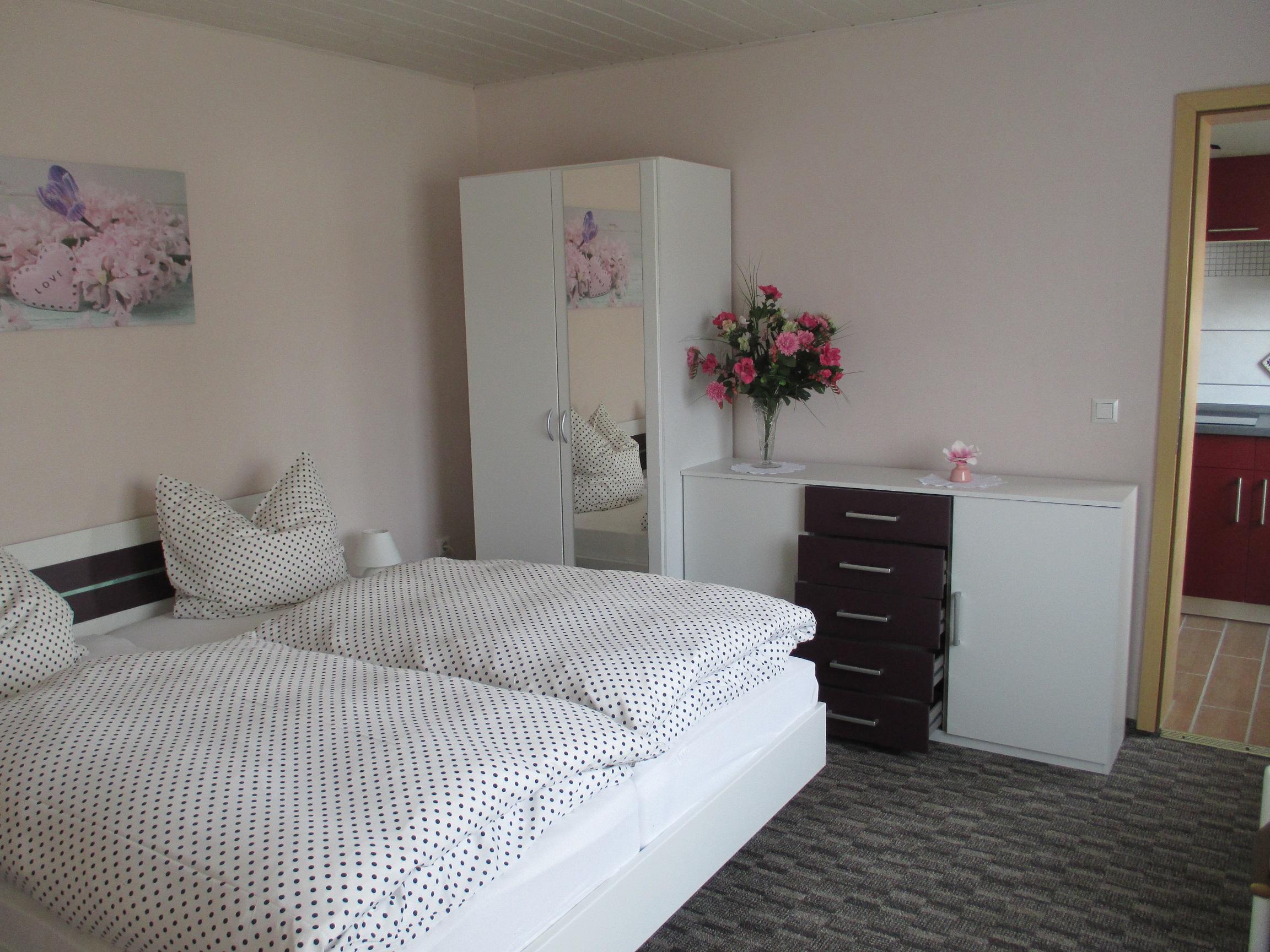 Bungalow Schlafzimmer klein – Bootsvermietung und Ferienhäuser Tisch